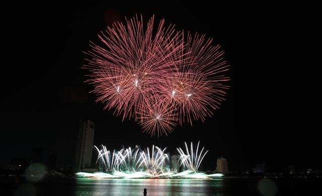 Phần Lan và Ý kể câu chuyện tình yêu bằng pháo hoa trong mưa - 2