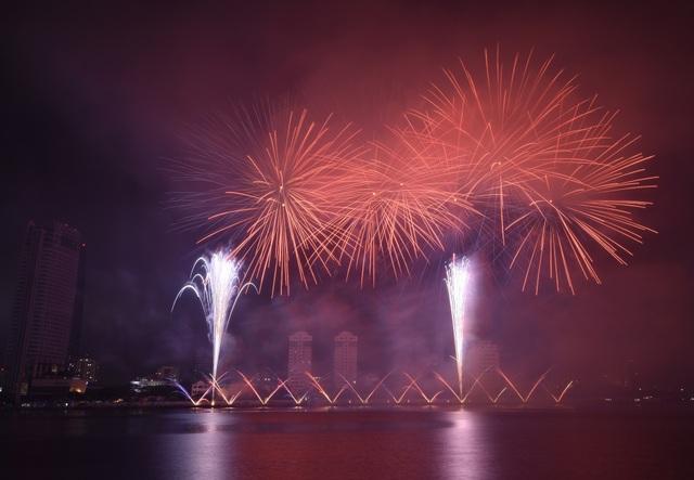 Phần Lan và Ý kể câu chuyện tình yêu bằng pháo hoa trong mưa - 8