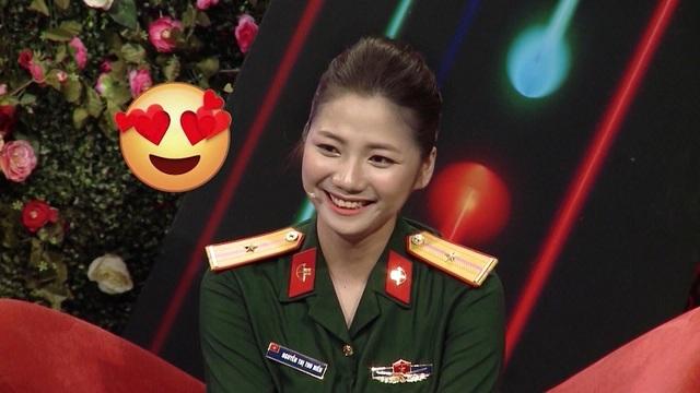Hot girl quân y xinh đẹp ngượng ngùng khi trai lạ nắm tay trên truyền hình - 1
