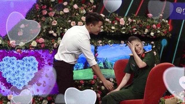 Hot girl quân y xinh đẹp ngượng ngùng khi trai lạ nắm tay trên truyền hình - 3