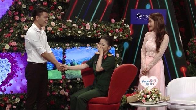 Hot girl quân y xinh đẹp ngượng ngùng khi trai lạ nắm tay trên truyền hình - 4