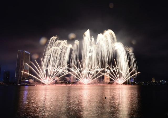 Phần Lan và Ý kể câu chuyện tình yêu bằng pháo hoa trong mưa - 7