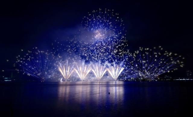 Phần Lan và Ý kể câu chuyện tình yêu bằng pháo hoa trong mưa - 9