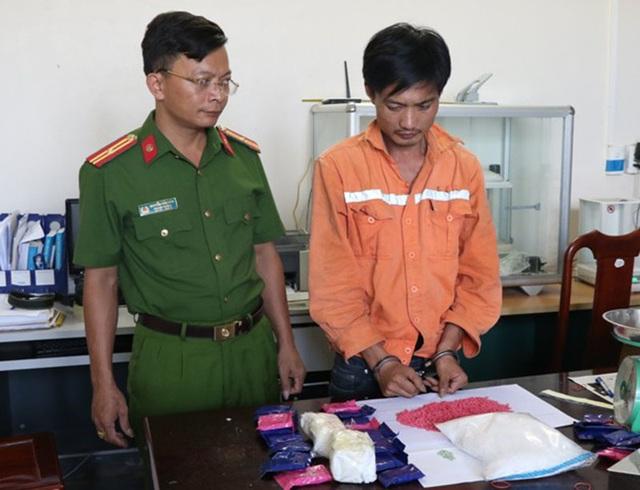 Bắt con nghiện đang vận chuyển 10.000 viên hồng phiến và 1kg ma túy đá - 1