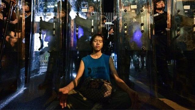 """""""Cô gái khiên chắn"""" - biểu tượng của phong trào biểu tình chống dự luật dẫn độ Hong Kong"""