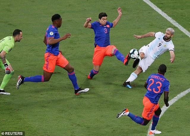 Argentina 0-2 Colombia: Nỗi thất vọng của Messi - 6