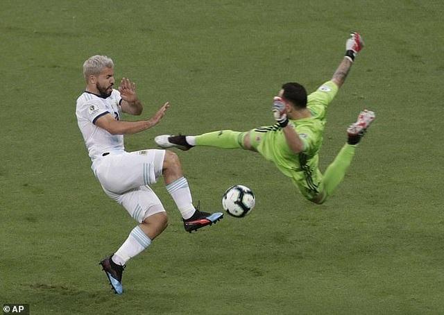 Argentina 0-2 Colombia: Nỗi thất vọng của Messi - 1