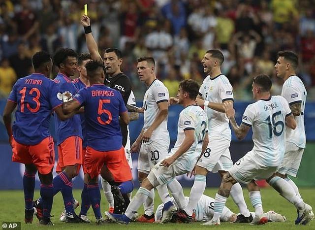 Argentina 0-2 Colombia: Nỗi thất vọng của Messi - 3