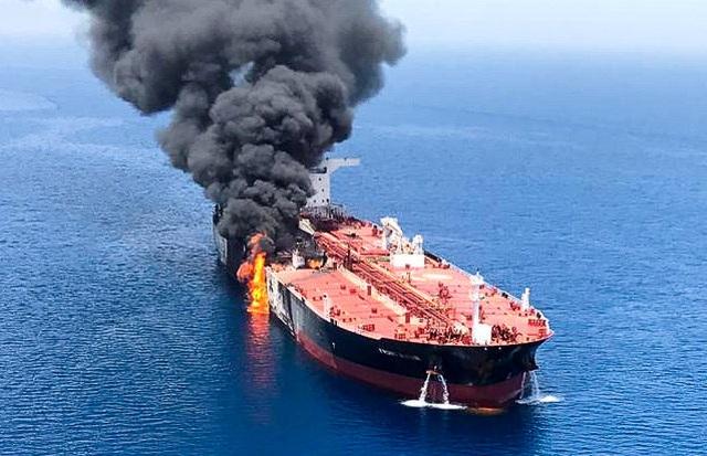 Một tàu dầu bị tấn công ở vịnh Oman (Ảnh: PBS)
