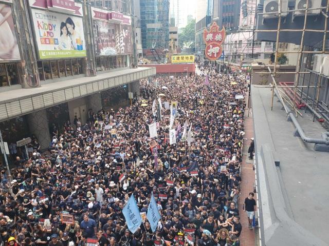 """""""Biển người"""" áo đen Hong Kong biểu tình dù dự luật dẫn độ đã bị hoãn - 5"""
