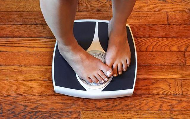 Phụ nữ ngủ với đèn sáng có khả năng bị tăng cân - 1