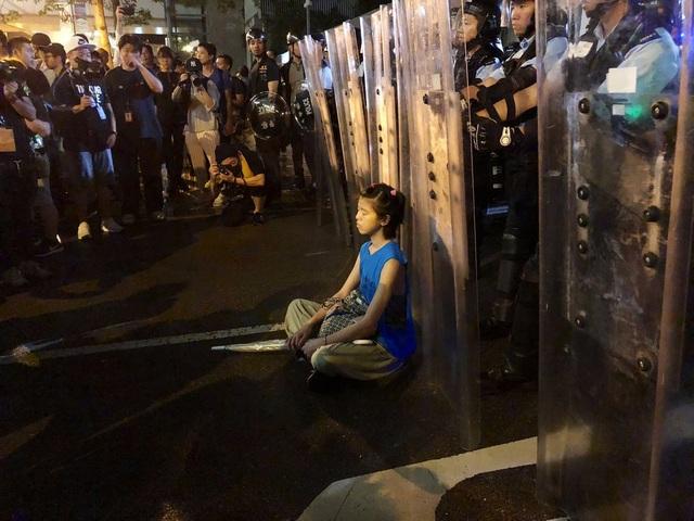 """""""Cô gái khiên chắn"""" - biểu tượng của phong trào biểu tình chống dự luật dẫn độ Hong Kong - Ảnh minh hoạ 3"""