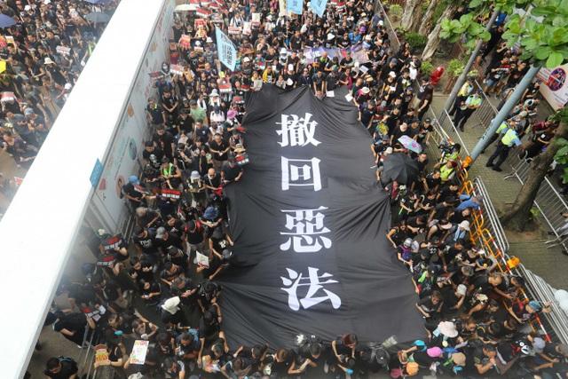 """""""Biển người"""" áo đen Hong Kong biểu tình dù dự luật dẫn độ đã bị hoãn - 1"""