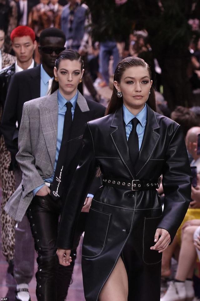 Bella Hadid diện áo gợi cảm khoe eo thon - 10