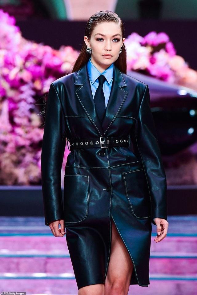 Bella Hadid diện áo gợi cảm khoe eo thon - 8