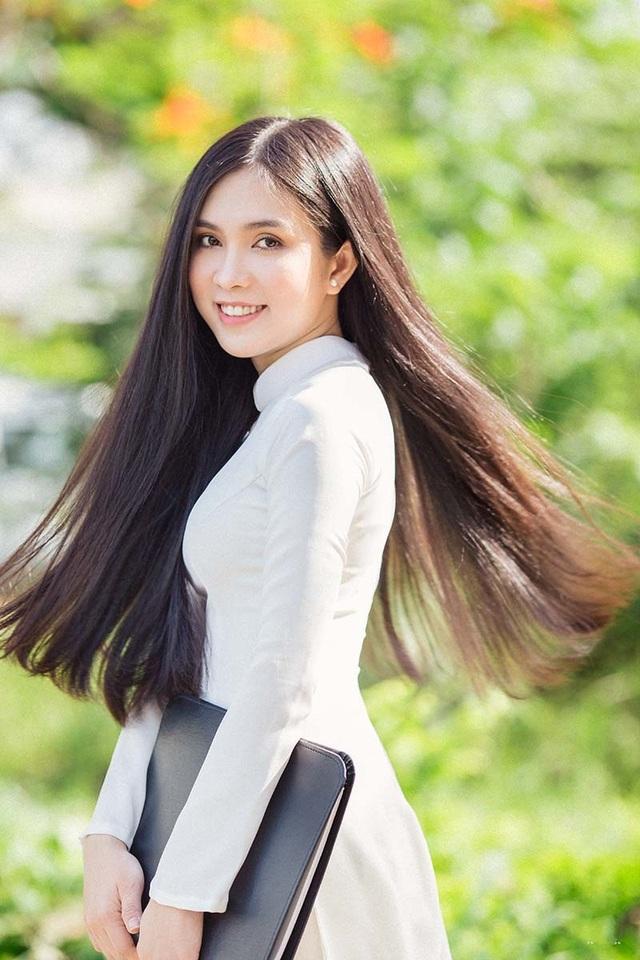 Hot girl bản sao Ngọc Trinh khoe vẻ đẹp tinh khôi áo dài trắng - 1