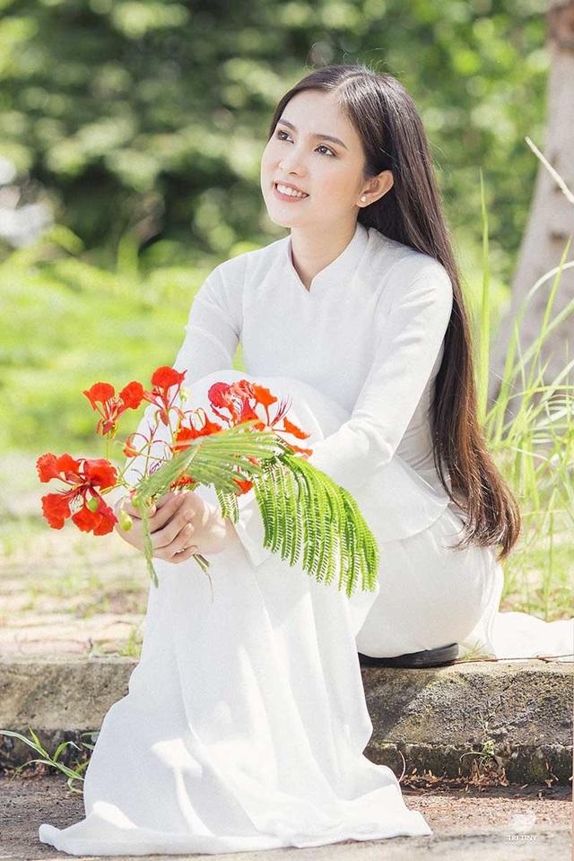 Hot girl bản sao Ngọc Trinh khoe vẻ đẹp tinh khôi áo dài trắng - 2