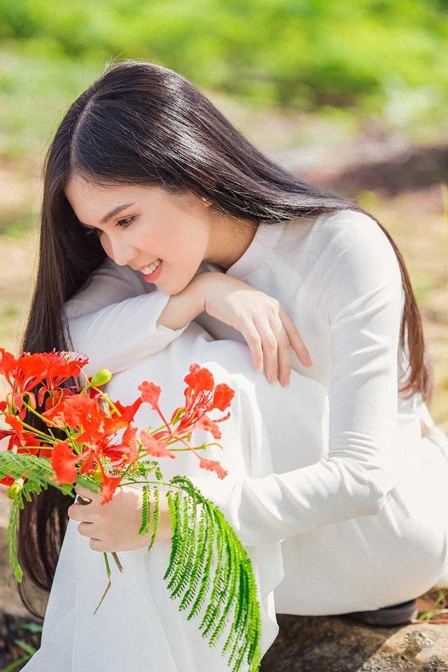 Hot girl bản sao Ngọc Trinh khoe vẻ đẹp tinh khôi áo dài trắng - 3