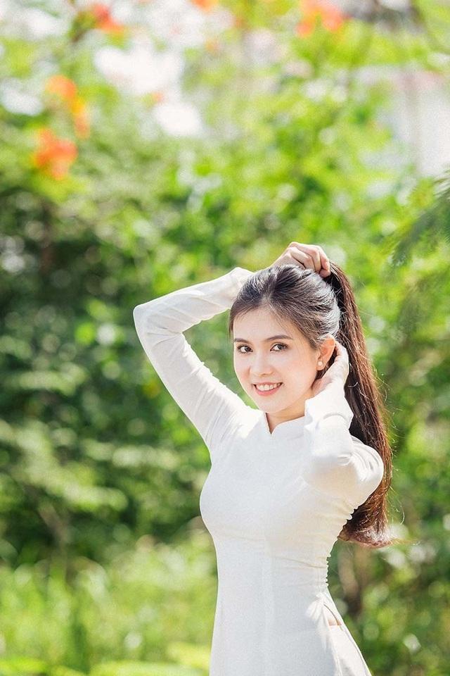 Hot girl bản sao Ngọc Trinh khoe vẻ đẹp tinh khôi áo dài trắng - 4