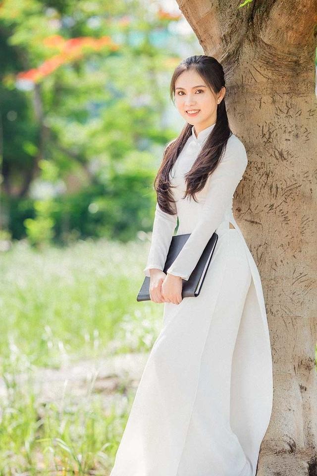Hot girl bản sao Ngọc Trinh khoe vẻ đẹp tinh khôi áo dài trắng - 5