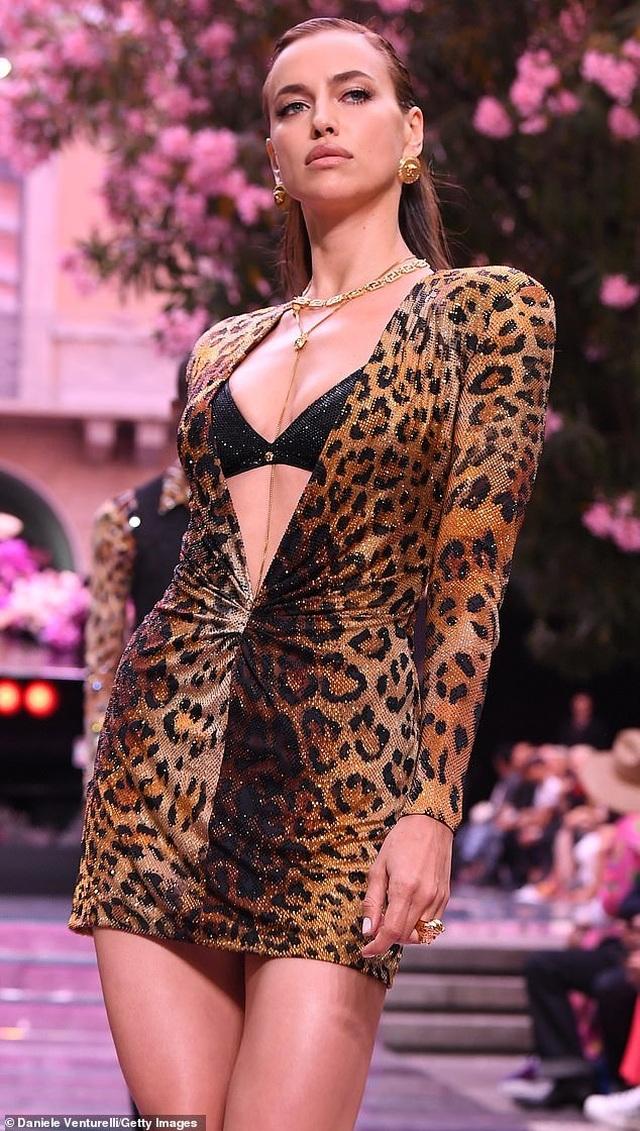 Irina Shayk quyến rũ trên sàn catwalk - 3