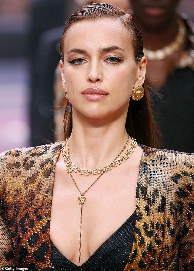 Irina Shayk quyến rũ trên sàn catwalk - 4