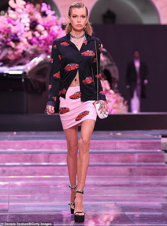 Irina Shayk quyến rũ trên sàn catwalk - 9