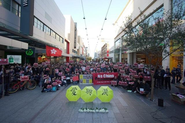 """""""Biển người"""" áo đen Hong Kong biểu tình dù dự luật dẫn độ đã bị hoãn - 7"""