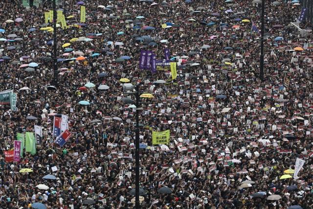 """""""Biển người"""" áo đen Hong Kong biểu tình dù dự luật dẫn độ đã bị hoãn - 9"""