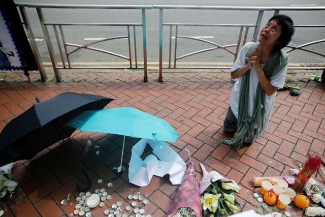 Trượt chân ngã khi treo biểu ngữ, người biểu tình thiệt mạng ở Hong Kong - 1