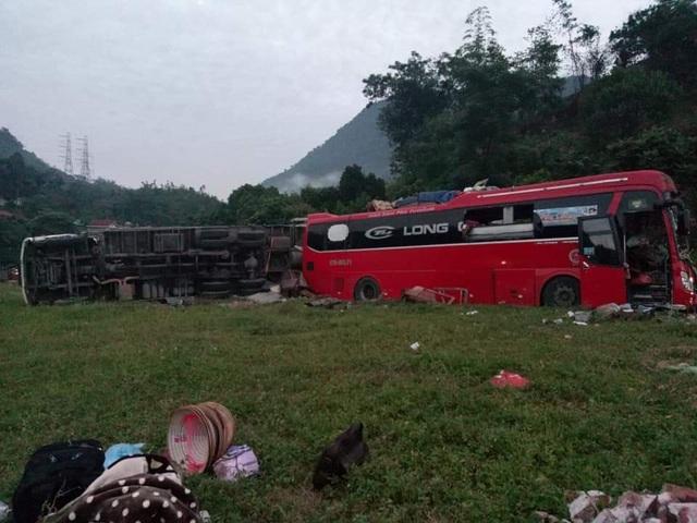 Hiện trường tan nát vụ tai nạn làm 3 người chết, 38 người bị thương - 12