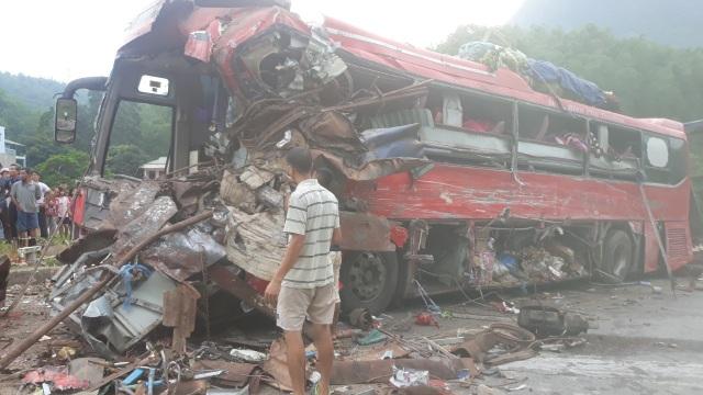 Hiện trường tan nát vụ tai nạn làm 3 người chết, 38 người bị thương - 1