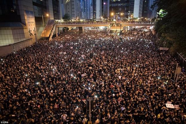 Gần 2 triệu người xuống đường biểu tình, lãnh đạo Hong Kong xin lỗi người dân - 3