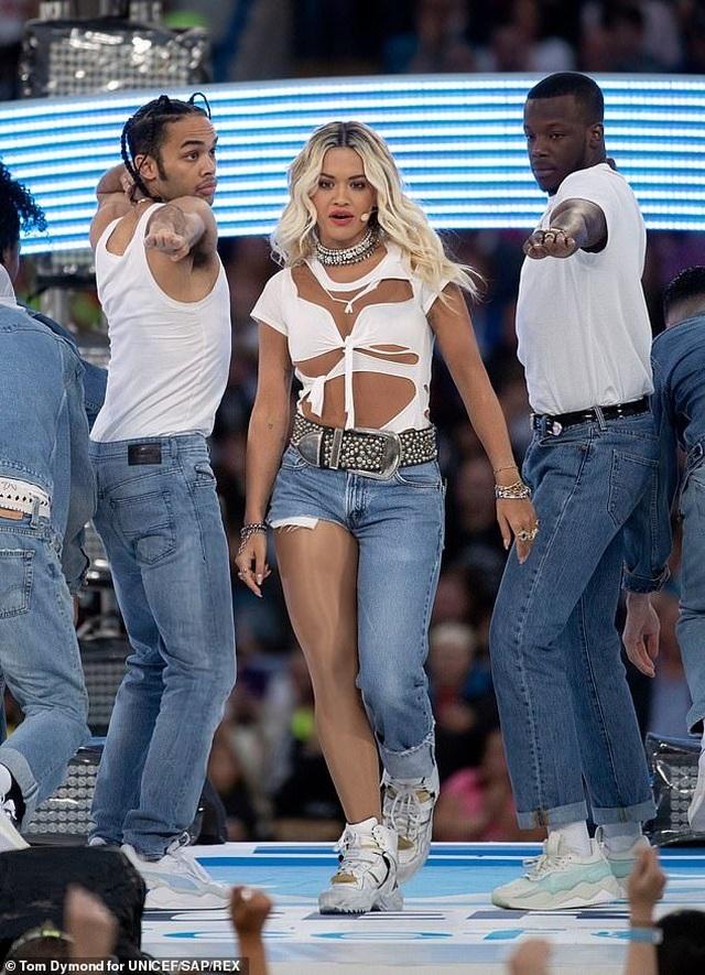 Rita Ora gây ấn tượng với quần một mất, môt còn - 3