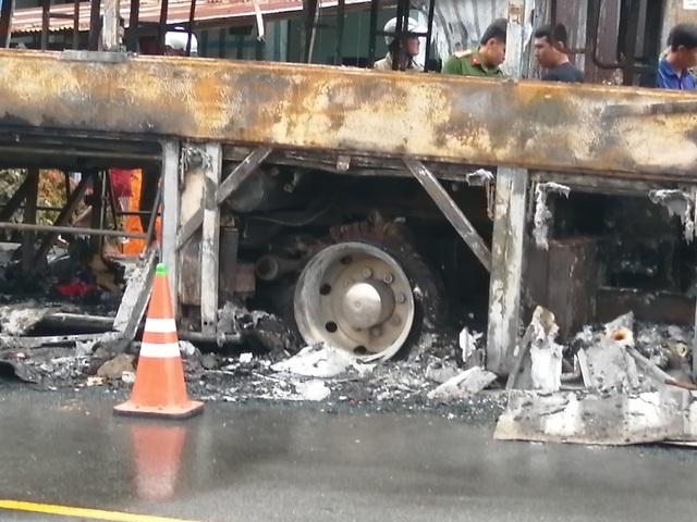 Xe đang chở nhiều hành khách bất ngờ cháy trơ khung - 2