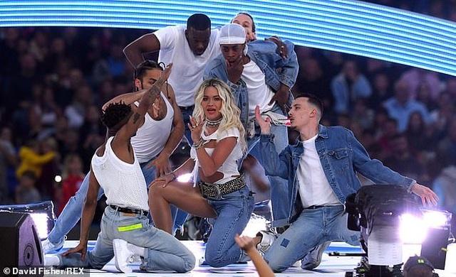 Rita Ora gây ấn tượng với quần một mất, môt còn - 5
