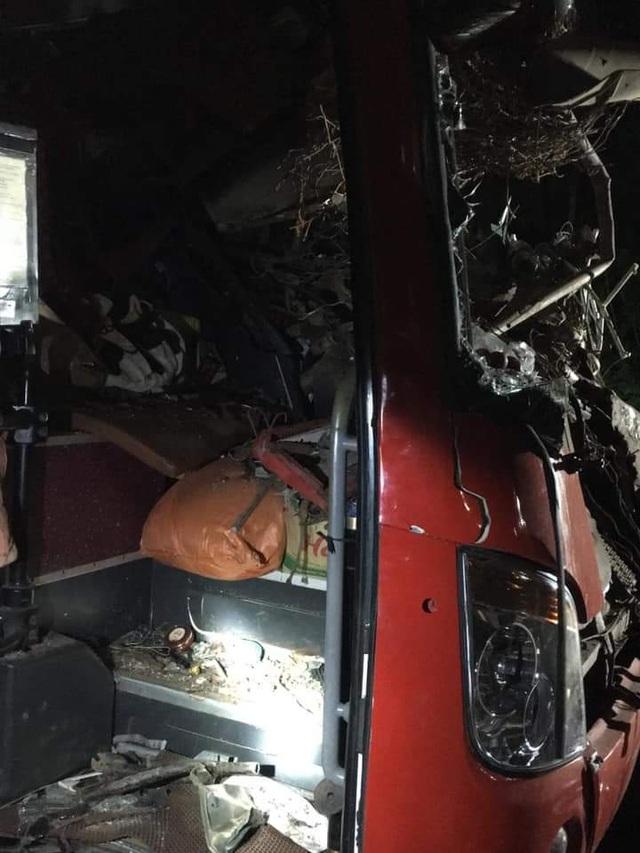Hiện trường tan nát vụ tai nạn làm 3 người chết, 38 người bị thương - 7