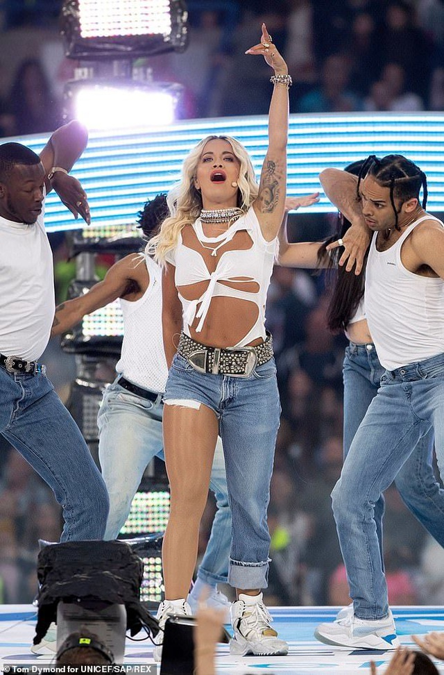 Rita Ora gây ấn tượng với quần một mất, môt còn - 7