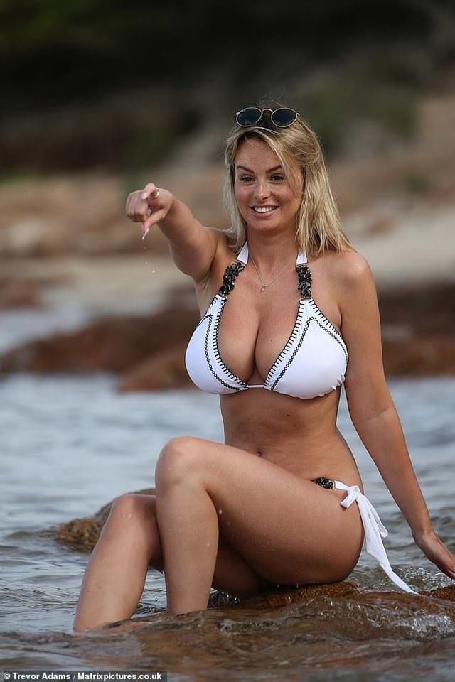 Rhian Sugden lấp ló ngực đầy - 5