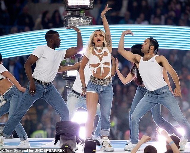 Rita Ora gây ấn tượng với quần một mất, môt còn - 6