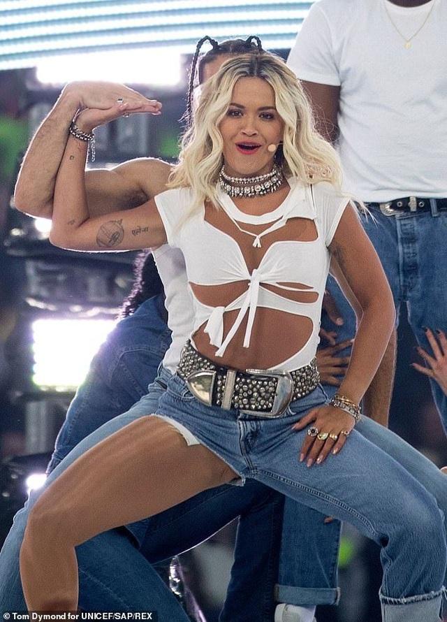 Rita Ora gây ấn tượng với quần một mất, môt còn - 2