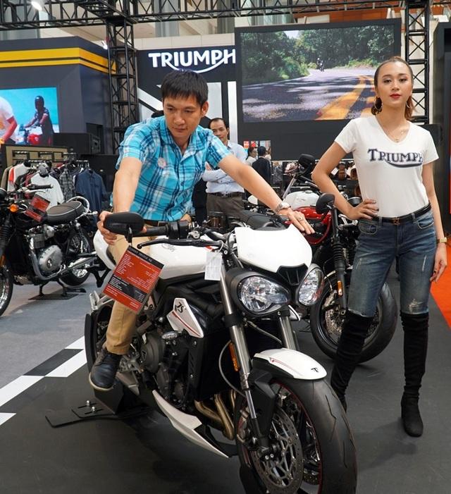 """Ngắm những người mẫu xinh đẹp bên môtô """"khủng"""" tại Vietnam AutoExpo 2019 - 1"""