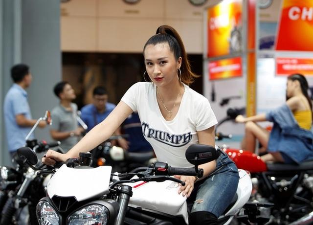 """Ngắm những người mẫu xinh đẹp bên môtô """"khủng"""" tại Vietnam AutoExpo 2019 - 7"""