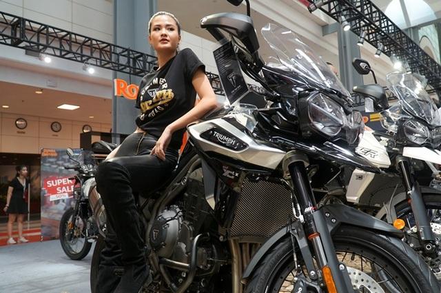 """Ngắm những người mẫu xinh đẹp bên môtô """"khủng"""" tại Vietnam AutoExpo 2019 - 8"""
