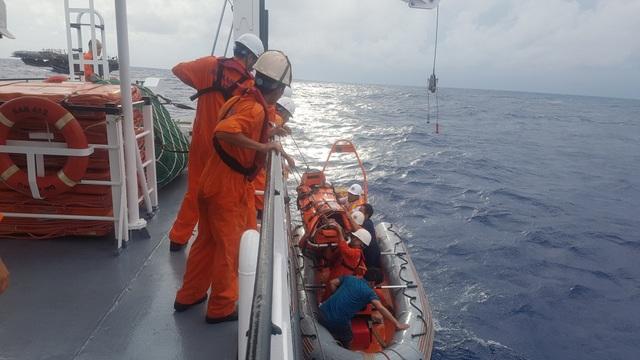 Bệnh nhân Lê Thảo được đưa lên tàu SAR 412 trong tình trạng nguy kịch.jpg