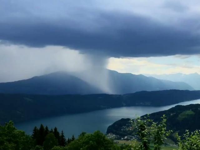 """""""Bom mưa"""" cực hiếm khiến bầu trời như tách đôi trong ngày tận thế - 2"""