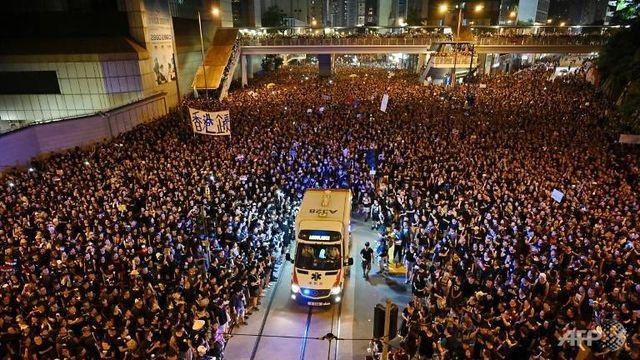 Người biểu tình Hong Kong mở đường cho xe cứu thương - 1