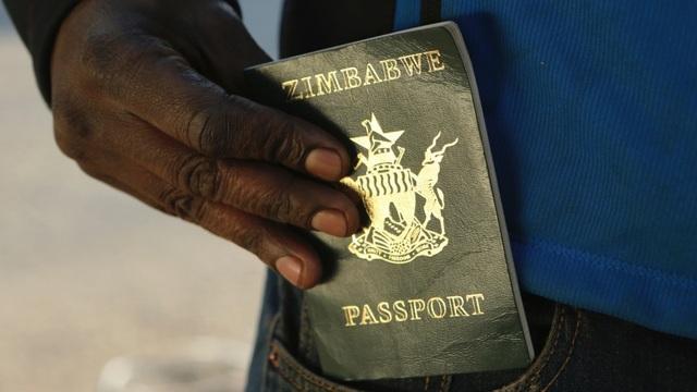 Khủng hoảng kinh tế trầm trọng, Zimbabwe không có nổi giấy, mực để in hộ chiếu cho dân - 1