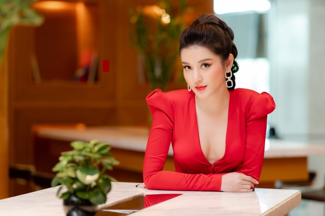 Á hậu Huyền My khoe vòng 1 táo bạo - 3