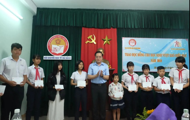 Đà Nẵng: Trao hơn 120 triệu đồng học bổng hỗ trợ học sinh nghèo vượt khó - 1